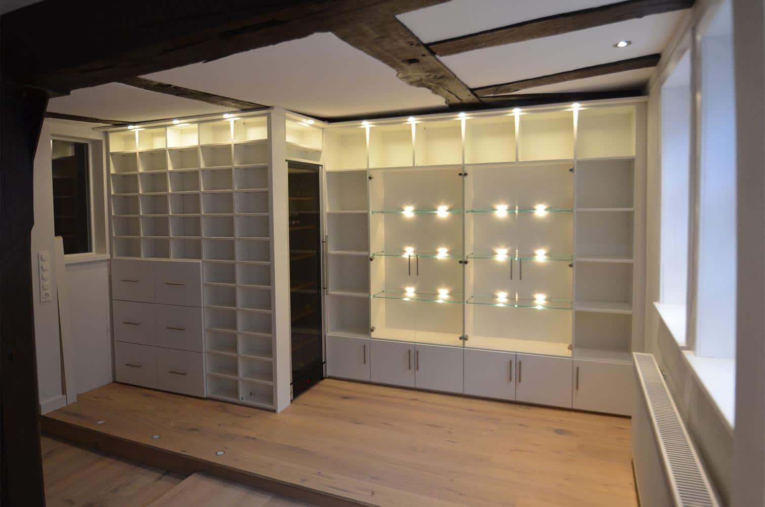 regalwand mit glasvitrine und k hlschrank. Black Bedroom Furniture Sets. Home Design Ideas