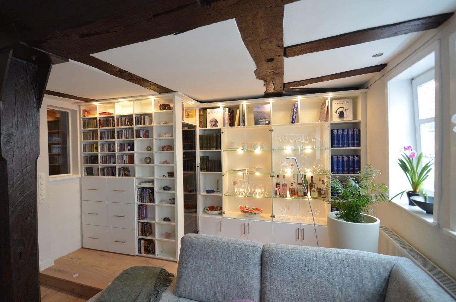 Regalwand mit Glasvitrine und Kühlschrank