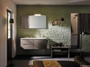 Badezimmer mit grünen Wänden, einem Waschbecken, dunkle Möbel