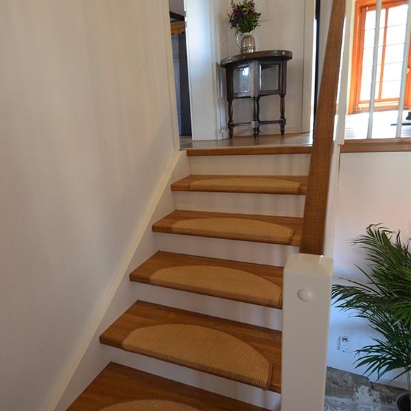 Die Holztreppe im Haus ist ein wichtiger Bestandteil.
